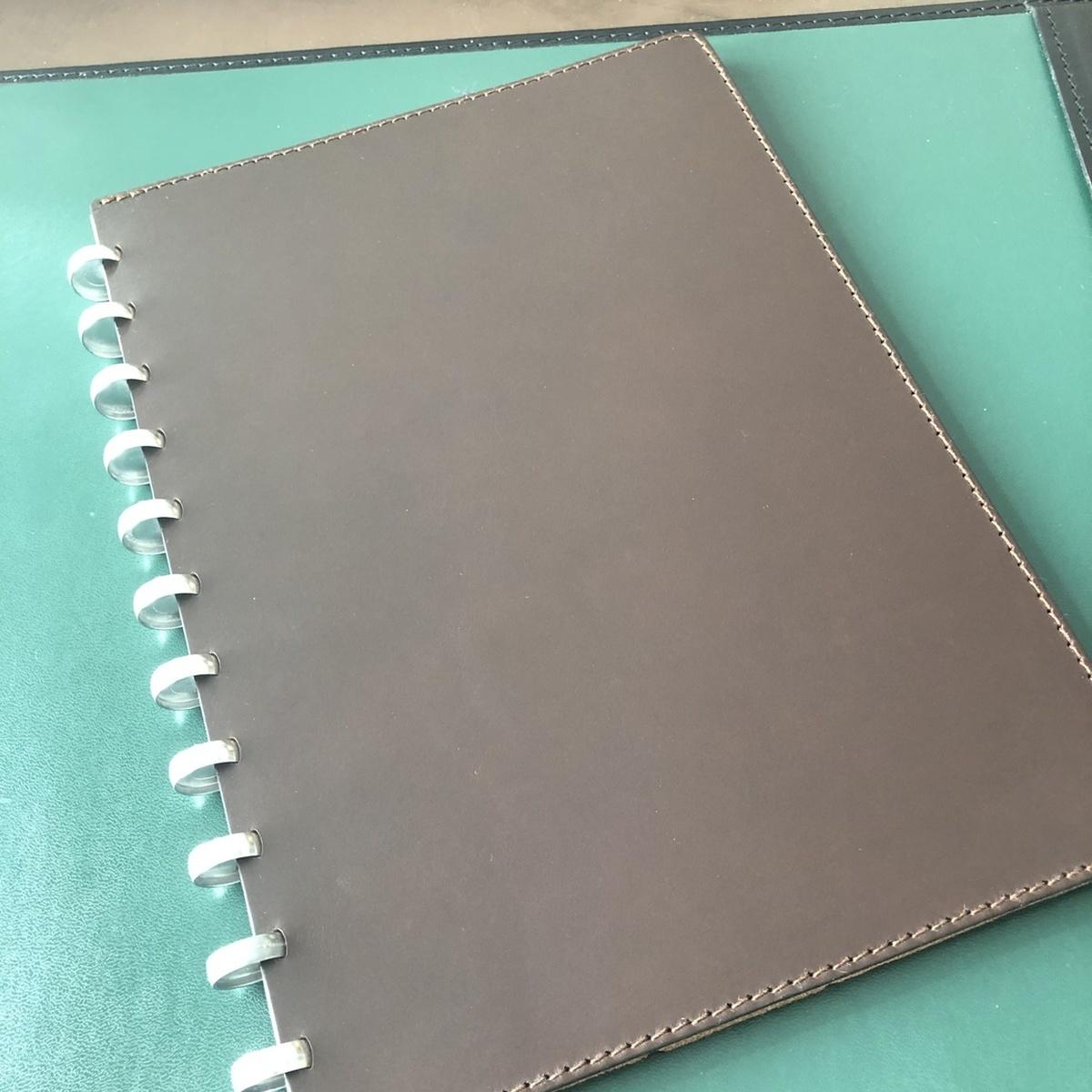 Livre Atoma A4 en cuire brun foncé